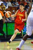 图文:中国女篮美国拉练首战失利 杨半伴突破