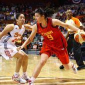 图文:中国女篮美国拉练首战失利 丁园突破
