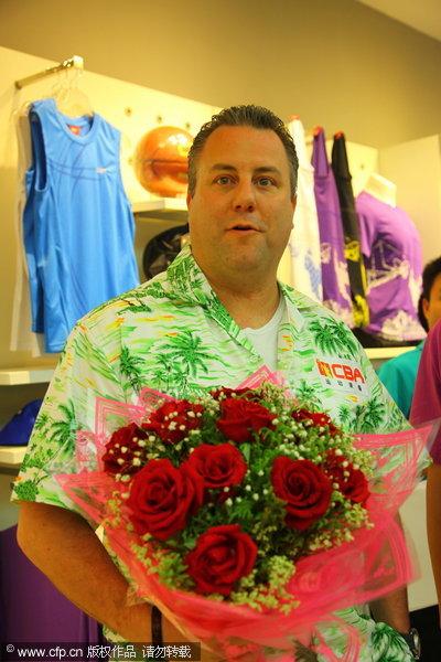 邓华德接受鲜花