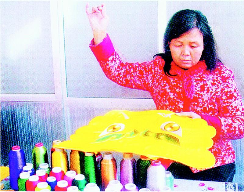 和顺县范素萍摘得两项金奖   本报讯 (记者王玉宾)5月19日,46岁的和顺县团北村绣女范素萍从刚刚结束的深圳文博会载誉归来。她不仅将传统刺绣做成工艺品,而且还在深圳举办的2011年中国工艺美术百花奖和中国24种绣种精品展评选中摘得两项金奖,让来自山西的绣种晋绣收录到中国刺绣名录当中,填补了山西刺绣没有精品的历史。其中6件晋绣和谐中国分别被中国博物馆、中国工艺美术馆等国内6家单位永久收藏。   百花奖评选由中国轻工业联合会等3家单位举办,吸引了全国各地众多绣种参与。范素萍带着自己精心