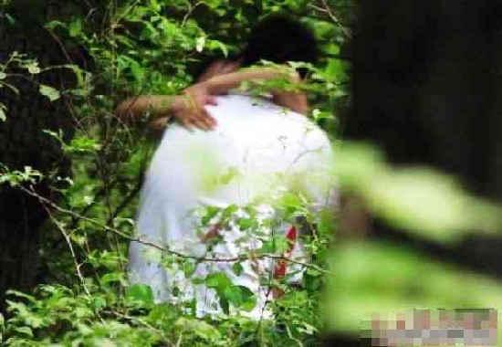 偷拍公园摸乳_在珠海的某公园内,偷拍到了这样一些镜头.对,是一些!