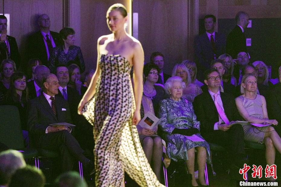 英女王访爱尔兰看时装秀图片