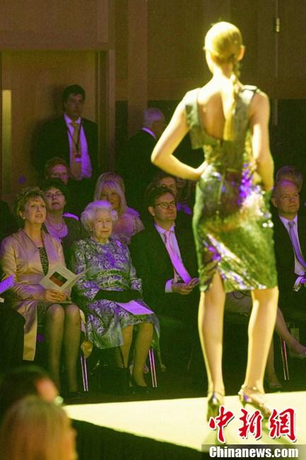 英女王爱尔兰看时装秀图片