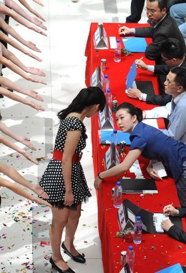 5月21日,参赛选手在南航新空乘招募大汇北京赛区海选活动上接受评委测评。