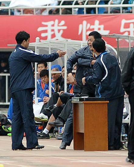 陕西俱乐部工作人员不满裁判不给点球,愤怒地向第四官员申诉。CFP 图