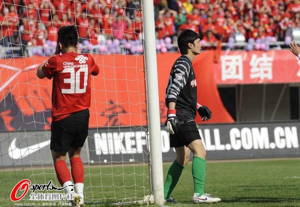 图文:[中超]辽宁0-0北京 与汉超懊恼