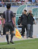 图文:[中超]辽宁0-0北京 帕切科示意裁判