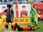 图文:[中超]辽宁0-0北京 徐云龙放倒奥托