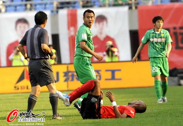 图文:[中超]辽宁0-0北京 惊异判罚