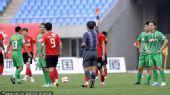 图文:[中超]辽宁0-0北京 秦升吃红牌