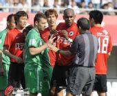 图文:[中超]辽宁0-0北京 裁判拉开双方