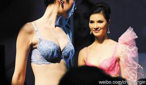 美女名模t台上展示美丽内衣