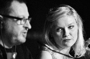 冯-提尔在发布会大放厥词,把身边的女主角克尔斯滕-邓斯特吓得不轻