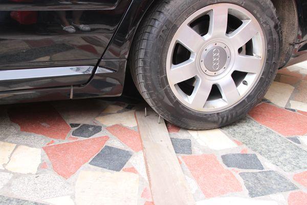车胎损坏后可推动寻找补胎地点,一旦在驾驶途中轮胎被扎,很难将其快速图片