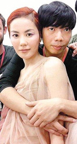 王菲遭指定服装设计师拥抱 粉丝愤怒 砍他的手