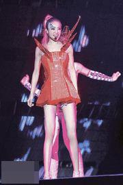 蔡依林这身LED红灯泡舞衣,闪闪发亮,价值约20万港元