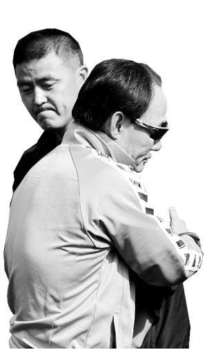 金鹤范与赵伟拥抱