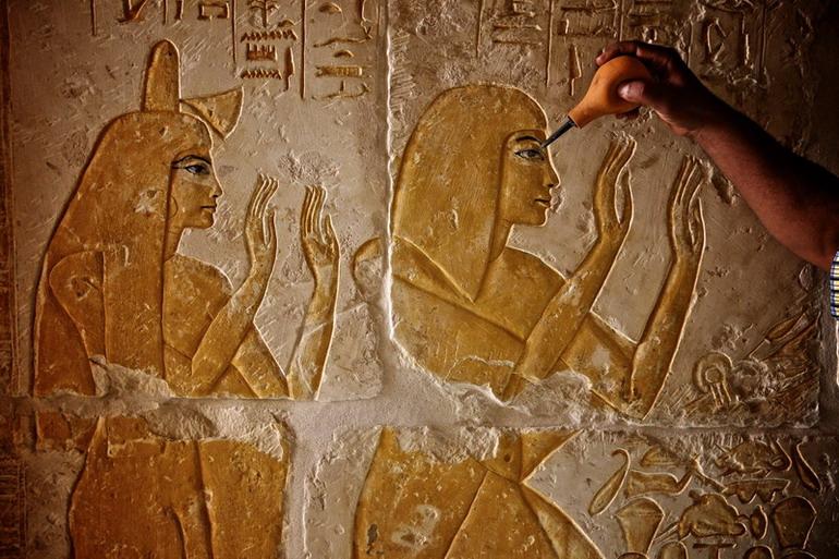5月23日, 在埃及首都开罗南部塞加拉地区的阶梯金字塔旁,工作人员在古墓中保护壁画。 新华社记者才扬摄   5月23日,埃及最高文物委员会主席扎希哈瓦斯宣布,6座建于埃及新王国时期(公元前1500年左右)的古墓将对公众开放,古墓开放后可提高阶梯金字塔景区的知名度,吸引更多游客到埃及旅游,埃及政府表示希望尽快恢复饱受打击的旅游业,以振兴经济。