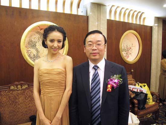佟丽娅与慈善理事长合影