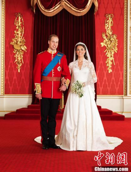 2011年4月29日,拍摄于白金汉宫内的威廉王子婚礼官方全家福照片公布。