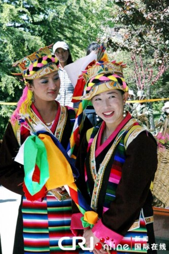 身穿藏族服饰的林芝姑娘