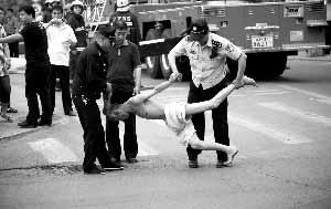 警方将老人抬起准备带到派出所,此过程中发生僵持、扭动等情况,在网上引起误读的就是这张图片