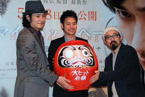 左起:电影《昔日的我》宣传活动上的松山健一、妻夫木聪、导演山下敦弘