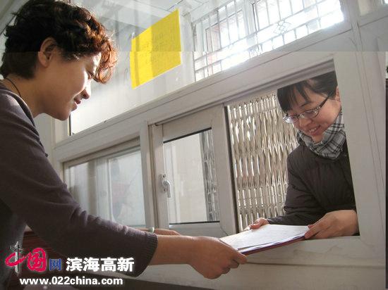 现场抓拍:天津市获得自考毕业证书陆续发放(图