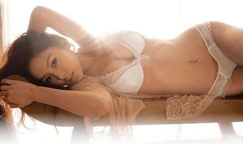 33D嫩模踩师姐周秀娜上位:我胸部比她挺