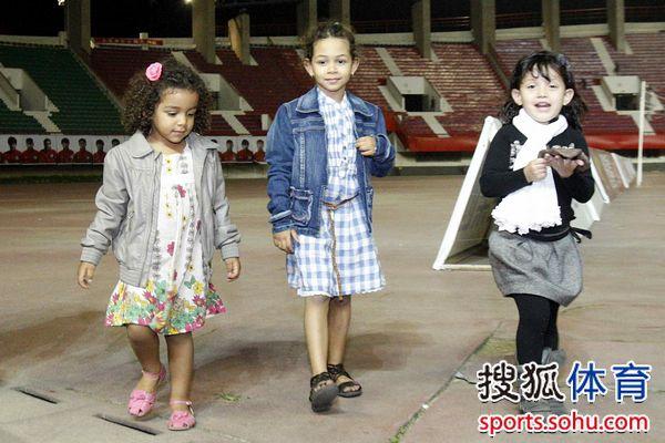 法比奥两个孩子与内托女儿(右)
