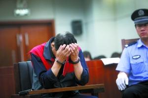 昨日,石景山法院开审三名醉驾司机并当庭宣判。被告人刘某双手捂面。本报记者 王贵彬 摄