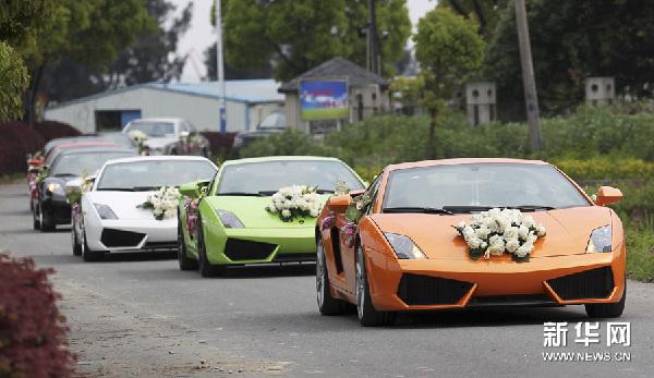 最豪华的婚礼车队_4月21日,由20多辆豪华婚车组成的迎亲车队行驶在温州市鹿城区街道上.