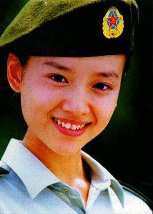 董洁是大连人,1990年10岁时候由战士歌舞团在大连特招入伍,后送入解放军艺术学院舞蹈系91级战歌委培班。毕业后于1995年底正式到战士歌舞团做舞蹈演员。