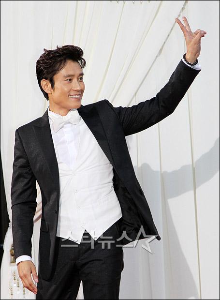 图:李秉宪白衬衫白领结配黑色小西服-韩娱频道