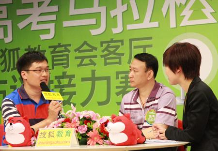 高三考生家长杜涛生(右)和中国教育新闻网总监、中国教育报记者齐林全(左)。