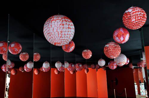 由爱马仕丝巾灯和丝巾图案装饰的长廊美轮美奂,光影交织下变幻无穷、引人入胜