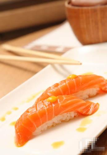 寿司的大小以一口可吃下为标准。