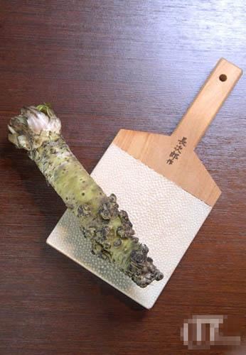 以山葵茎部鲜磨的wasabi是上佳的调味料。