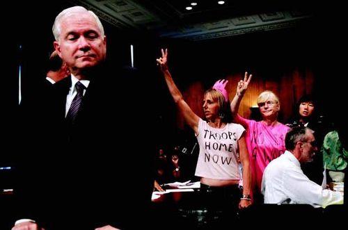 """图为2007年9月26日,华盛顿。美国国防部长罗伯特-盖茨在国会山的伊拉克和阿富汗战争预算的讨论会议上,提到军队同性恋是应该禁止的。这当即引起了""""粉红标志""""的同性恋组织的反对。"""