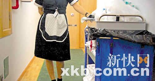 """酒店女服务员的传统着装存在着""""安全隐患""""。"""