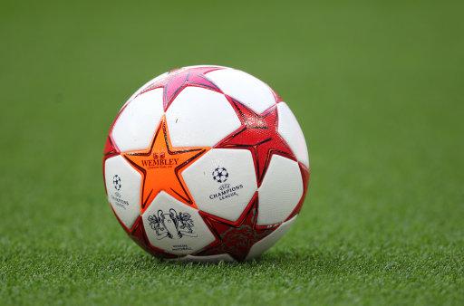 温布利内场上的欧冠用球图片