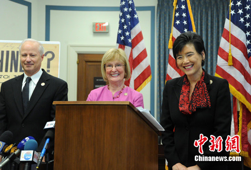 图为当日华裔众议员赵美心(右)、众议员比格特中和众议员考夫曼在提交议案前召开记者会。中新社记者 吴庆才 摄