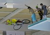 图文:演员表演趣味跳水 骑自行车跳水