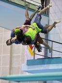 图文:跳水也疯狂 四个人抱一起跳水