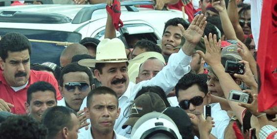 人民网5月29日讯 据南方电视台报道,2009年6月被政变推翻的洪都拉斯前总统塞拉亚昨天回国,在机场受到数千支持者的热烈迎接。