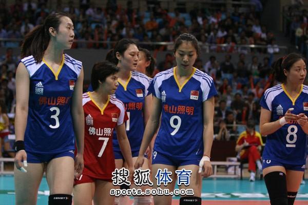 图文:精英赛中国女排3-0古巴 中国女排进场