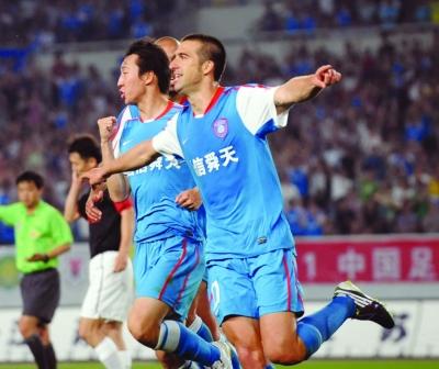 克里斯蒂安与队友庆祝进球。本版摄影 吴俊