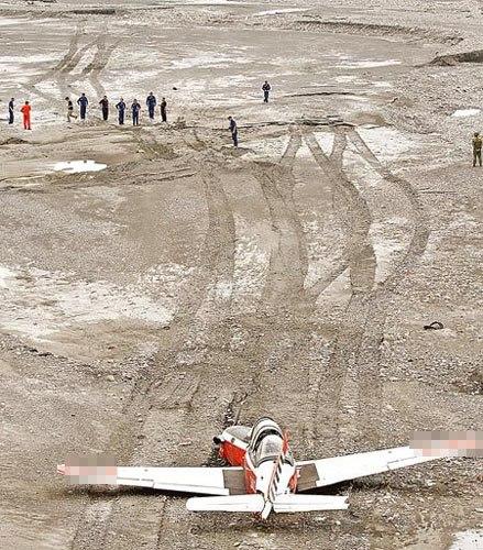 台空军一架T-34教练机29日迫降在屏东高树大桥附近河床。军方人员在河床上搜寻是否有掉落的飞机物件。 台湾《中国时报》