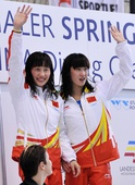 图文:德国大奖赛女双3米板 屈琳/陈烨领奖