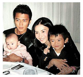 张柏芝与谢霆锋曾经幸福一家的甜蜜笑容